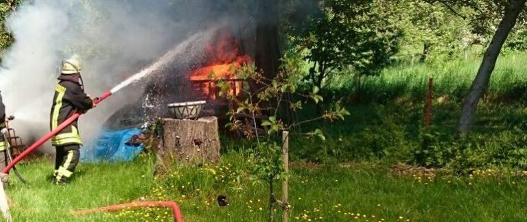 Brand eines Geräteschuppens in Holzfeld