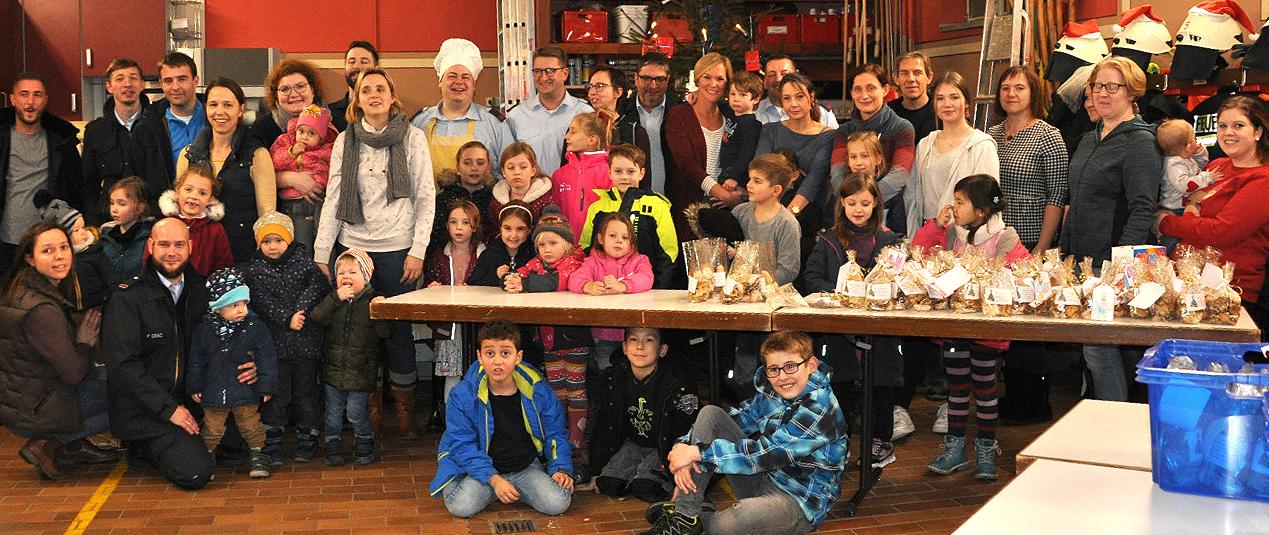 Strahlende Kindergesichter bei der Weihnachtsbäckerei