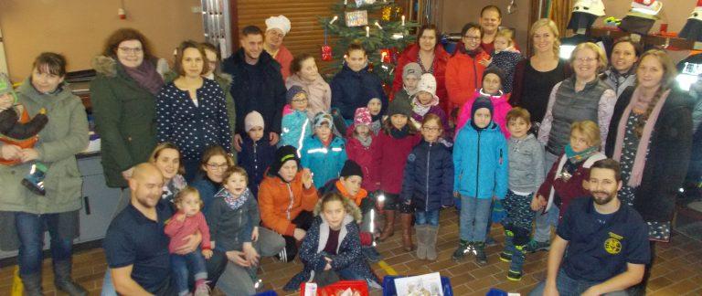 Kinder haben viel Spaß bei der Weihnachtsbäckerei der Feuerwehr Holzfeld